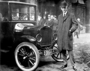 هنری فورد در کنار خودروی سری T که در آن زمان به تازگی معرفی شده بود